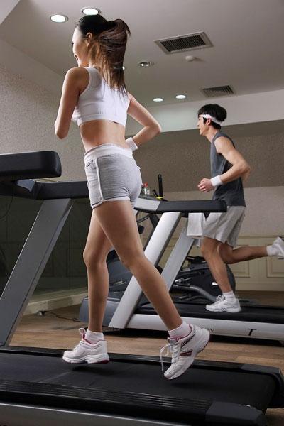Dành ra 30 phút tập luyện mỗi ngày với máy chạy bộ phòng gym để tăng cường sức khỏe.